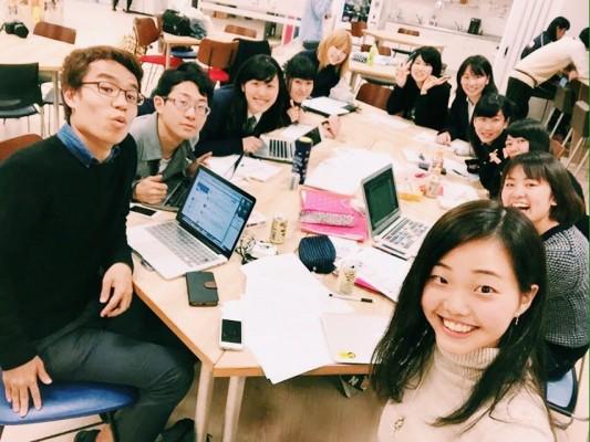 高校生との編集会議で。右手前から2番目が石黒さん