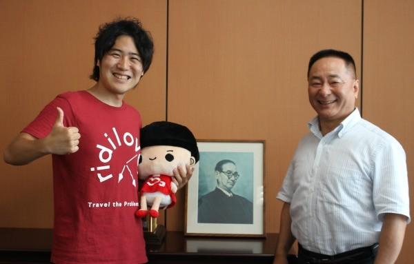 社会的課題を解決する事業づくりについて議論した二人。木田・コープこうべ専務理事(右)と安部・リディラバ代表=コープこうべ住吉事務所で