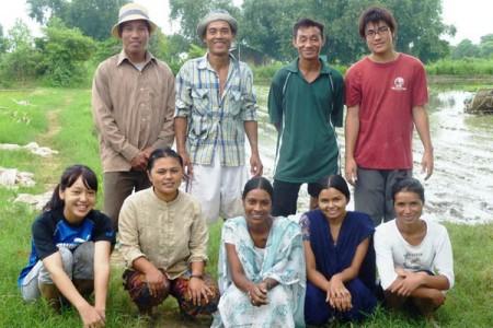 インドでの農業研修時の写真。手前・左端が田崎さん