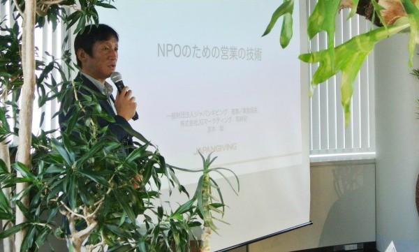寄付獲得のため営業のイロハを教える宮本氏=10月20日、Sansan社で