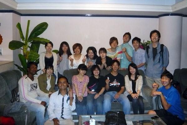 2013年3月のスタディツアーで、参加者と。後列1番右が中村さん。前列左から3番目がファルクさん