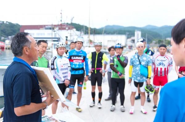 ライダーたちは「おしか番屋」で、語り部・斎藤富嗣さん(左)の話に耳を傾ける