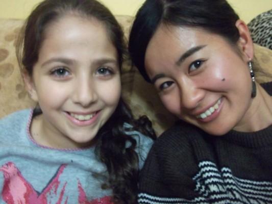 上映会を企画した大室さんとパレスチナの少女