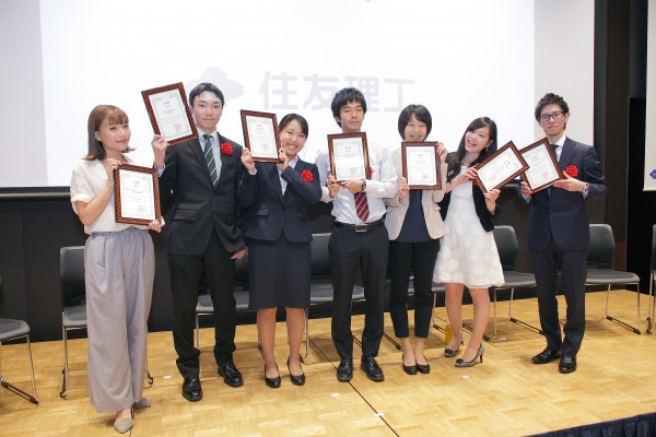 第2回住友理工学生小論文アワードの受賞者たち=2016年6月25日、JPタワー名古屋で