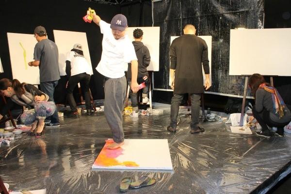踊りながら足で描き観客を盛り上げたTomo