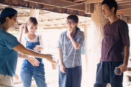 タイの生産者から作り方を教わる3人、右から、四角大輔さん、鈴木弘美さん、鎌田安里紗さん