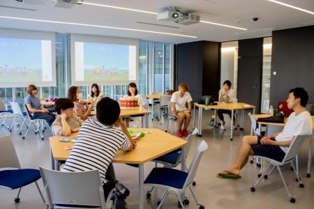 合宿では輪になり、参加者が思いを話す。右端にいるのが斉藤さん
