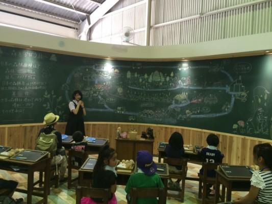 リサイクルって何?大きな黒板を前に、子どもたちもワクワク